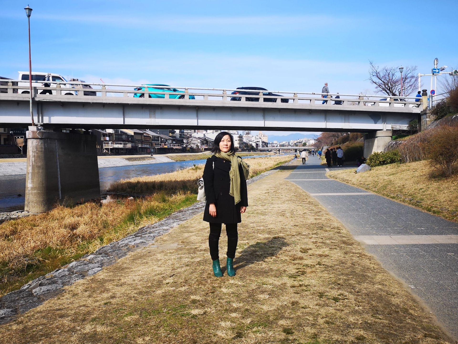 """小室舞さんは京都から東京へ、そしてスイス、香港と拠点を変えつつ30代前半で海外に事務所を構えるという誰とも重ならないキャリアを、力強く、迷わず切り開いている様に見えます。複数の岐路があった中でどのように進路を決められてきたのかお話を伺いました。お話の中で見えてきたのは""""体育会系""""で培われた現実を見据えた決断力という意外な一面でした。"""